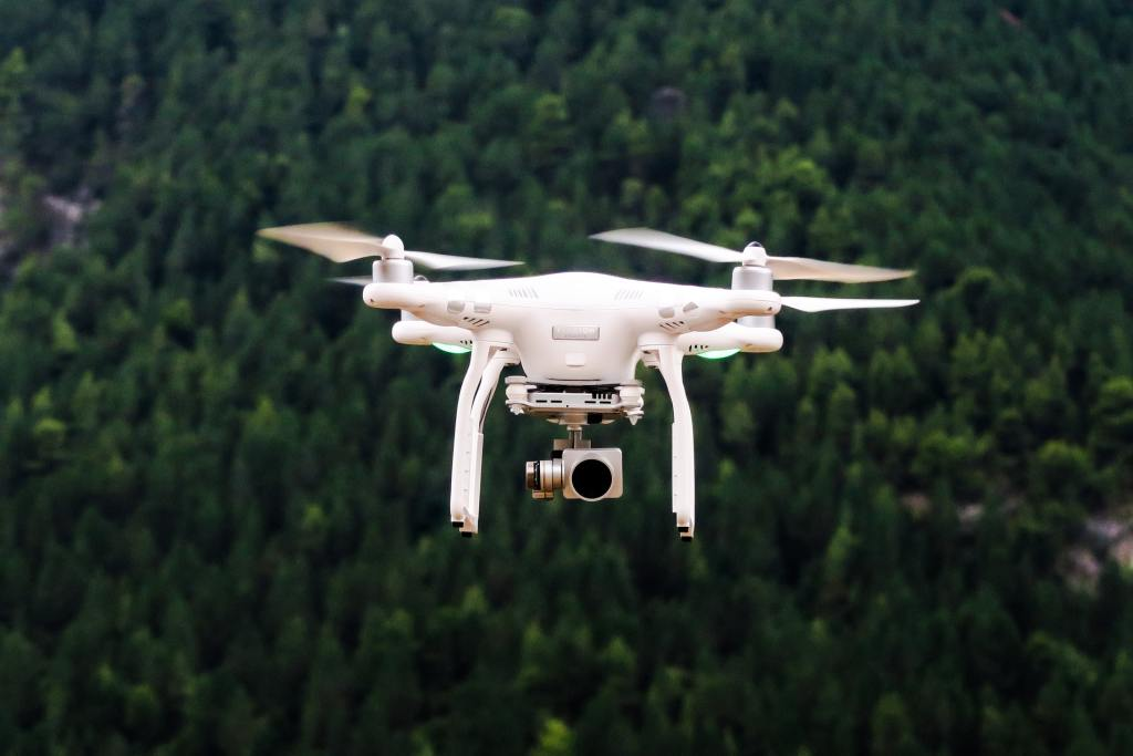 drone blanc foret arriere plan