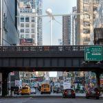 C'è un drone Predator nel centro di New York, ma è l'opera d'arte di Sam Durant