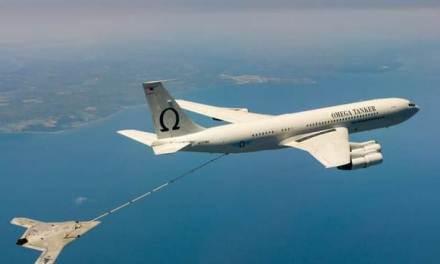 Bezpilotní dron X-47B úspěšně zvládl vzdušné tankování