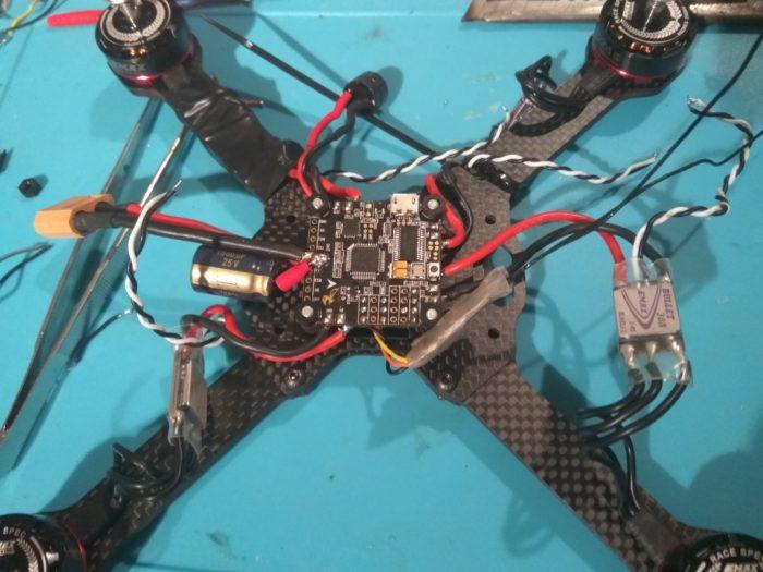 jak postavit závodní dron - montáž