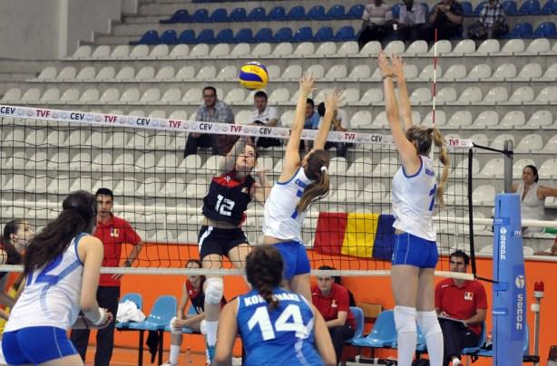 Timișoreanca Jasmina Petromăneanț (nr. 12) în atac, în jocul cu Grecia