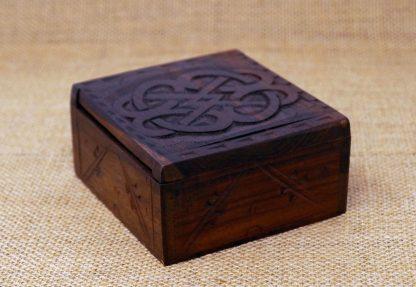 Keltisches Holzkästchen - verschlossen auf Jute