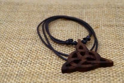 Keltische Triquetra Halskette auf Jute