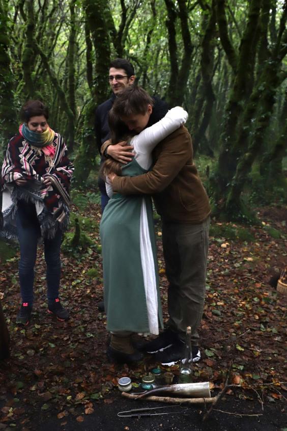 Saison sombre : on voit deux personnes en fin de cérémonie druidique en train de se faire une embrassade de remerciements.