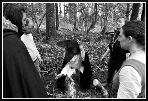 Fêtes du Panthéon de la Vie : celle du Cornu/Kernunos avec le prêtre devant le feu entouré de la prêtresse, des ovates et d'un fidèle/