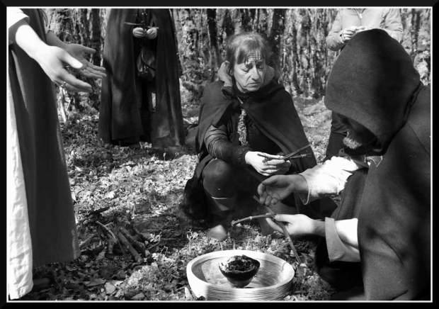 Il y a la prêtresse du Cornu qui tend ses croix de Brigit au barde qui se laisse oeuvrer par Brigantia pour la bénédiction des talismans.