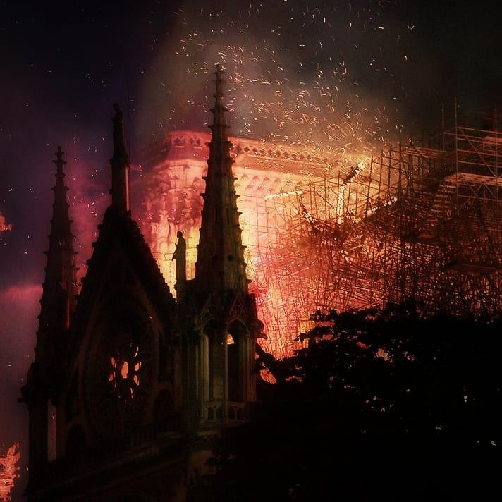 Lieux de culte incendiés comme ici sur cette photo Notre Dame de Paris