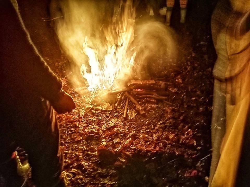 Magnifique feu du Sosltice d'Hiver autour duquel sont rassemblés en cercle les fidèles et les druides