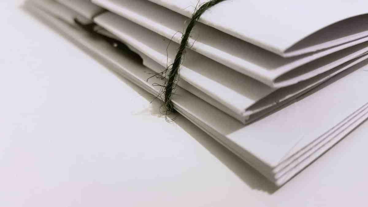 Folders vastgeknoopt met touw
