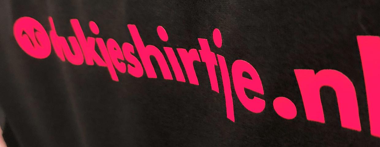 ontwerp met tekst drukjeshirtje.nl bedrukt op t-shirt