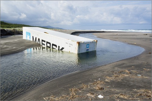 maersk box under sand 500x332 maersk box under sand