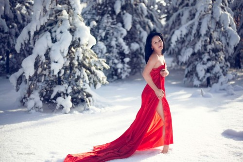 red dress in snow 500x333 red dress in snow