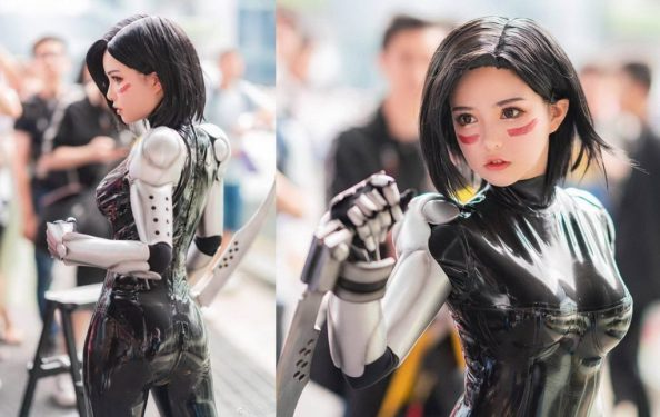 Alita Cosplayer with swords 1024x646 Alita Cosplayer with swords