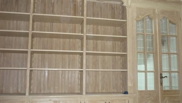 Drewniana biblioteka na wymiar z drzwiami