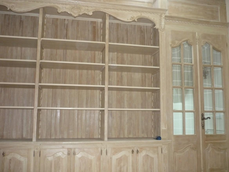 drewniana-biblioteka-z-drzwiami-dwuskrzydlowymi
