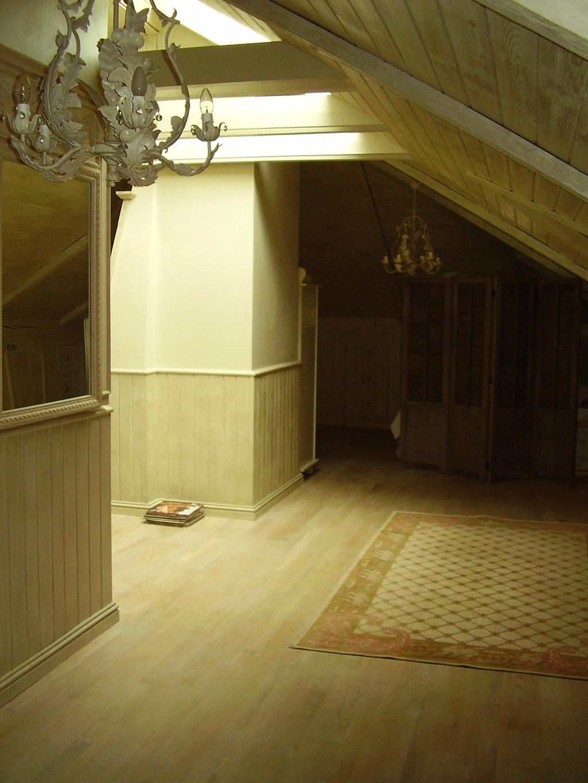 drewniana-boazeria-w-stylu-francuskim-i-belki-podsufitowe