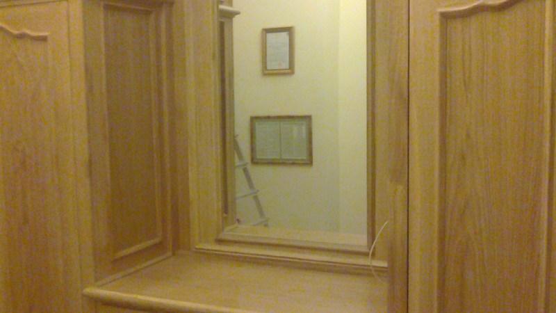 Drewniane debowe szafy pod zabudowe z lustrem