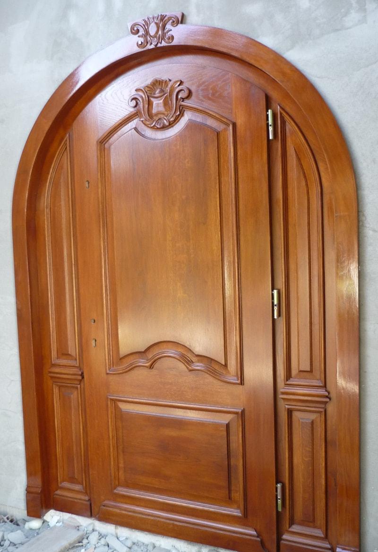 Drzwi frontowe łukowe zdobione