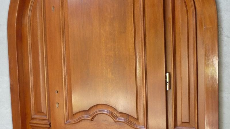Drzwi frontowe lukowe zdobione