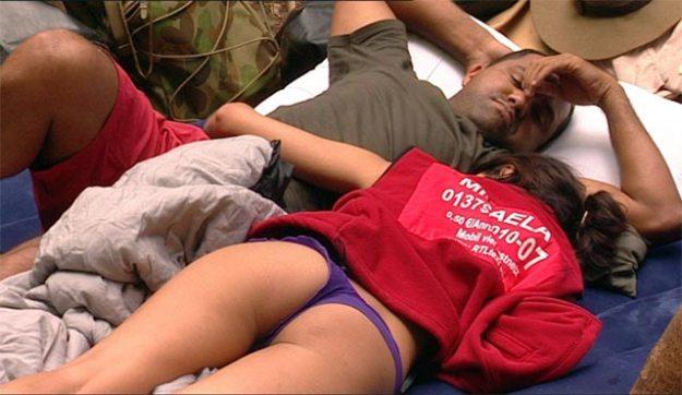 Aliton und Micaela kuscheln auf Roccos Matratze