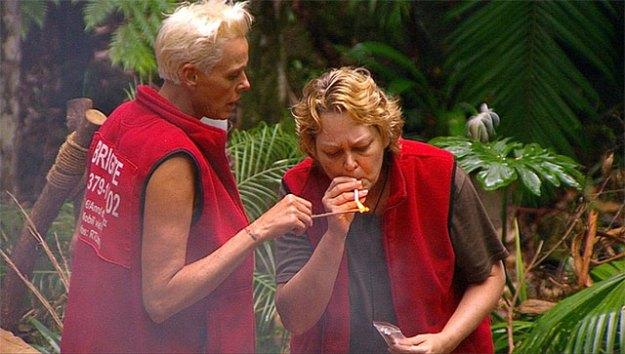 Rauchende Busenfreundinnen Bigi und Ramona