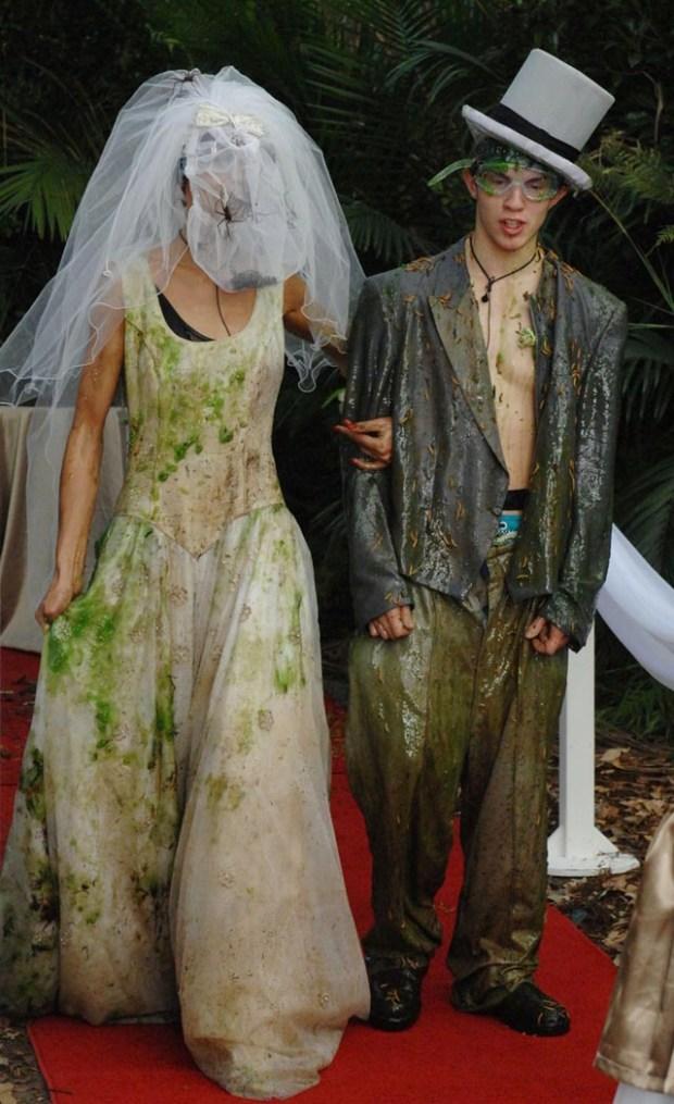 Hochzeitspaar Fiona und Joey bei einer Dschungelprüfung