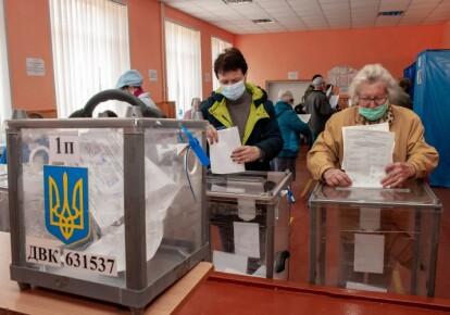 Избиратели голосуют на местных выборах