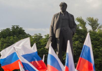 Російські прапори на площі Леніна під час святкування Дня Росії в Донецьку