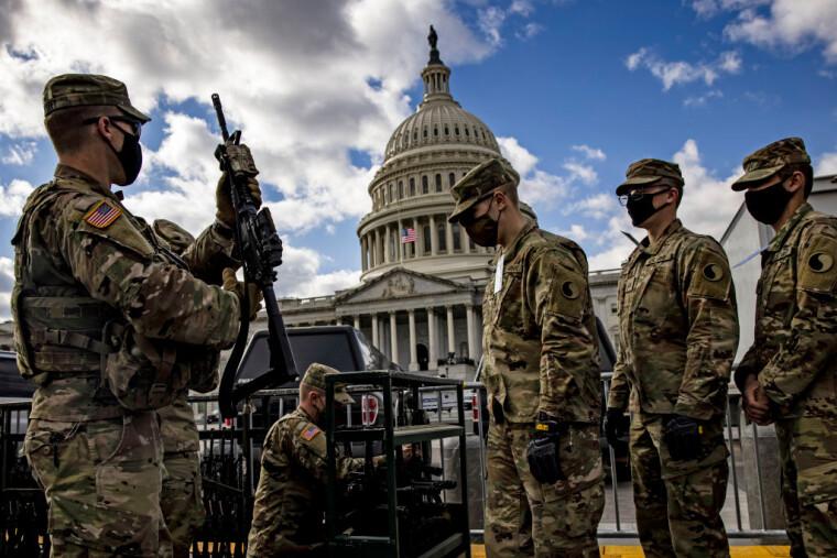 Солдатам Національної гвардії Вірджинії видають гвинтівки і бойові патрони біля будівлі Капітолію