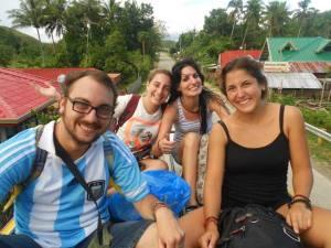 Aunque nuestras caras expresan la felicidad de viajar así, al final acabamos agarrados y doloridos.