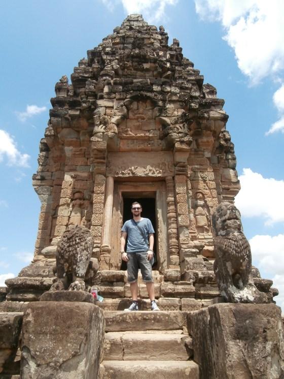 Subir por esas interminables escaleras de piedra, coronar templos ancestrales, desde la salida hasta la puesta de sol, una y otra vez. Genial.