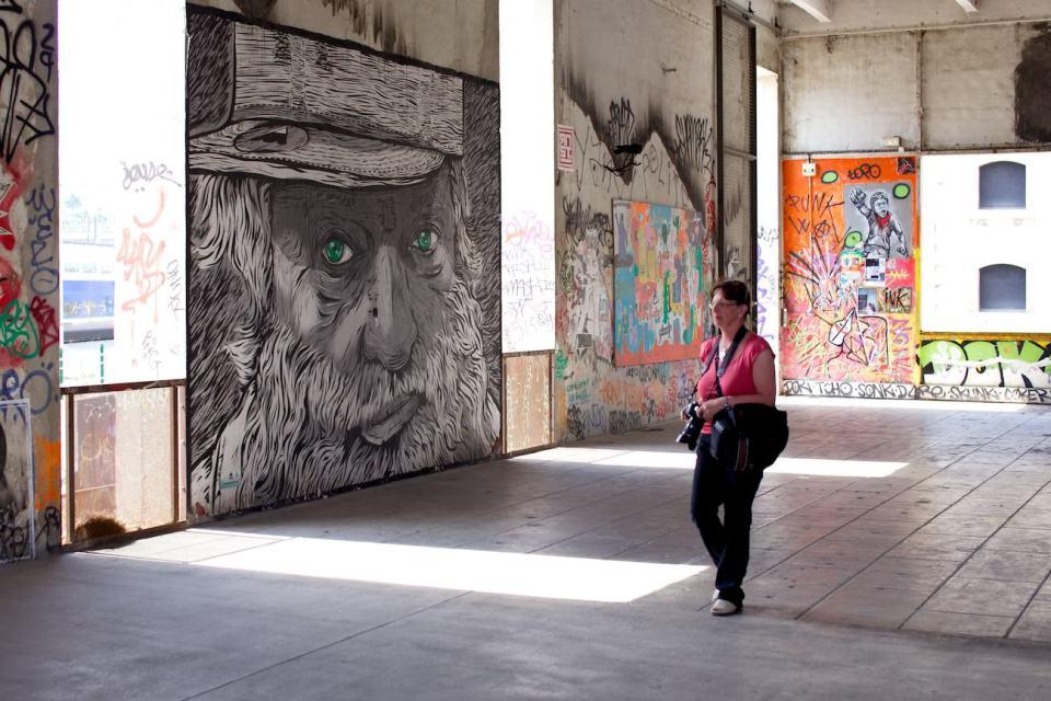Street photo à la recherche de graffitis à Marseille