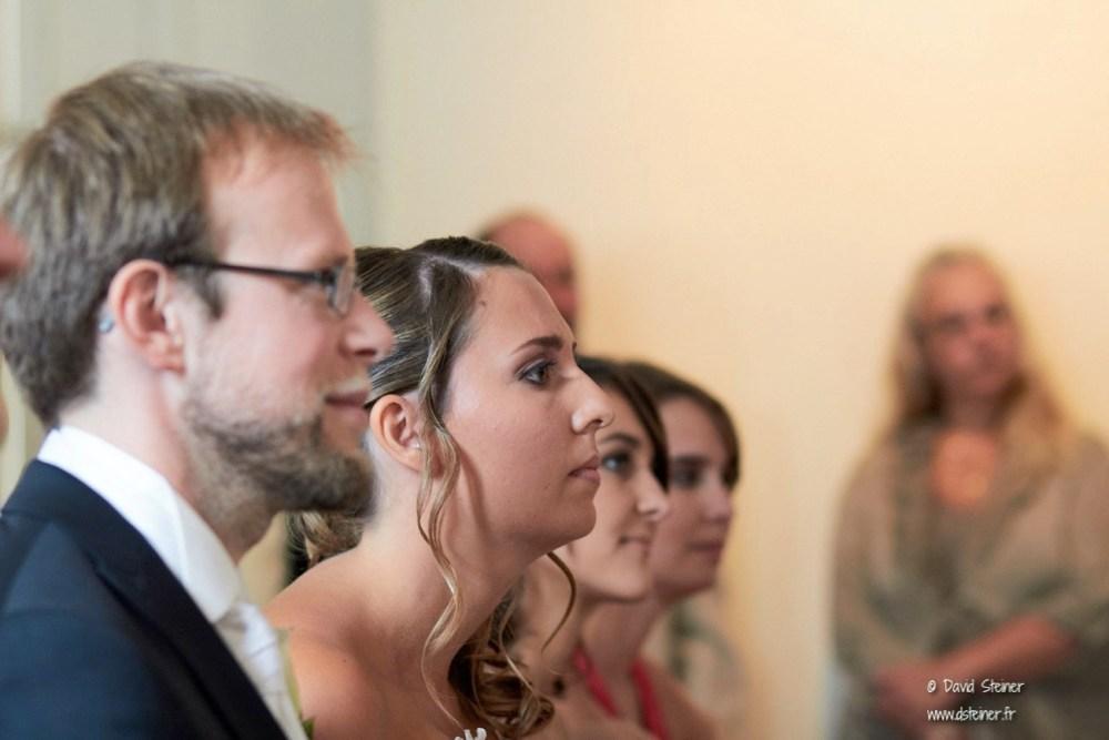 Mariée attentive