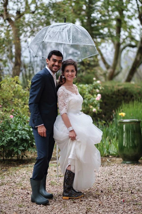 Couple sous la pluie, mariage au château Grand Boise