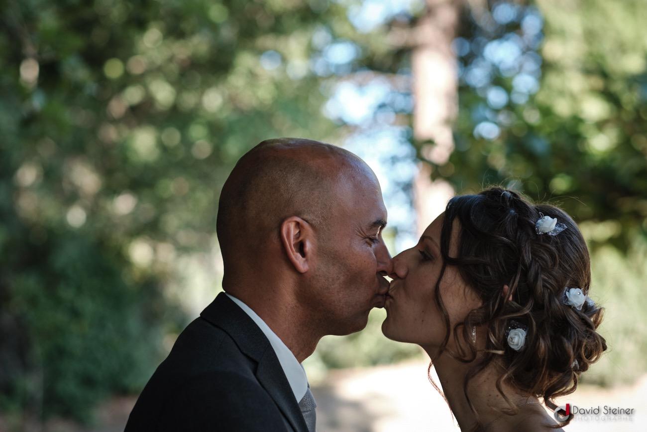Bisou des mariés au format paysage
