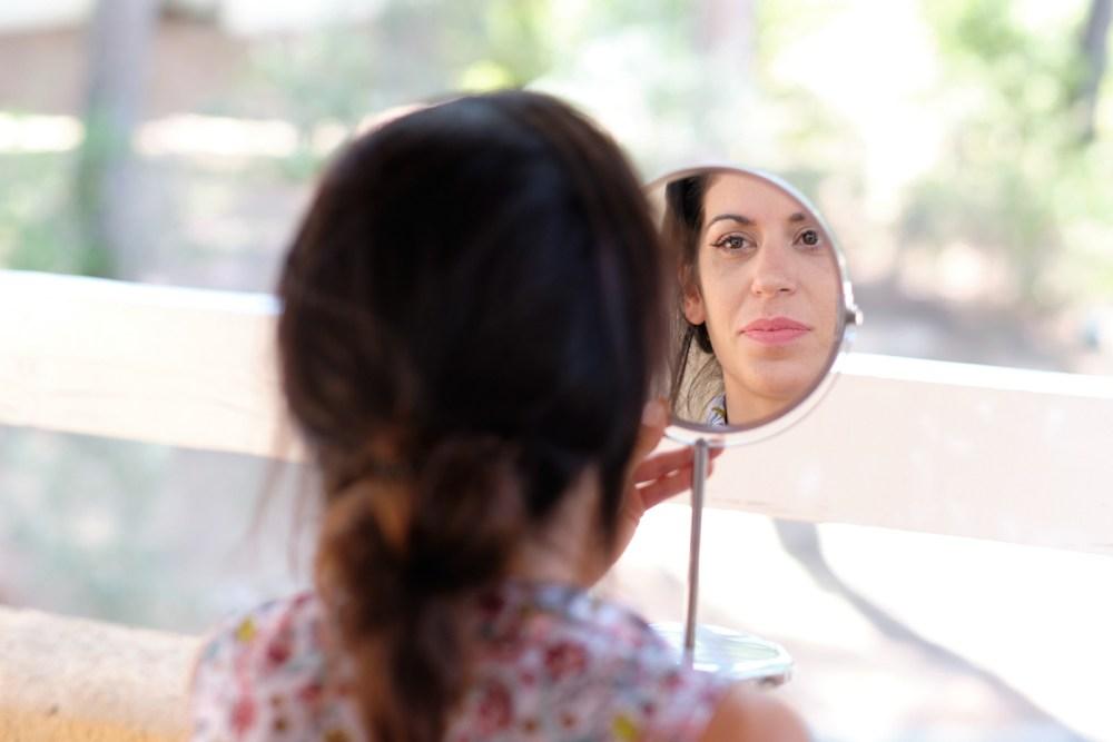 Reflet de la témoin de mariage dans un miroir