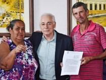Famílias que viviam em áreas de risco recebem novas casas