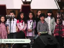 Crianças cantam na 1ª Igreja Batista sobre o Natal