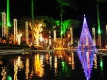 Praça Tancredo Neves iluminada para o Natal