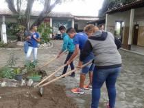 Estudantes revitalizam áreas verdes no entorno da escola em Itapetinga