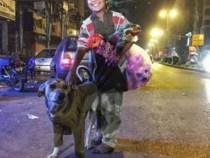 Menino que não tem o que calçar agasalha cão de rua e foto da dupla viraliza