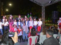 Crianças abrem programação natalina na Praça Tancredo Neves