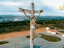 SOLARCHIO instala fonte de energia renovável para iluminar Cristo de Mário Cravo