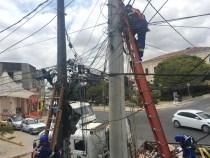 COELBA retira mais de 20 toneladas de cabos inativos de telefonia dos postes