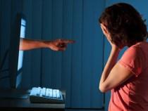 """""""A internet está doente"""" diz mãe de jovem que tirou sua própria vida"""