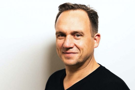 """""""ميماك أوجلفي"""" تعيّن تيل هومان رئيساً تنفيذياً لقسم الإبداع"""