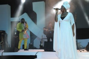 India-Arie-and-Mike-Aremu-on-stage-600x400