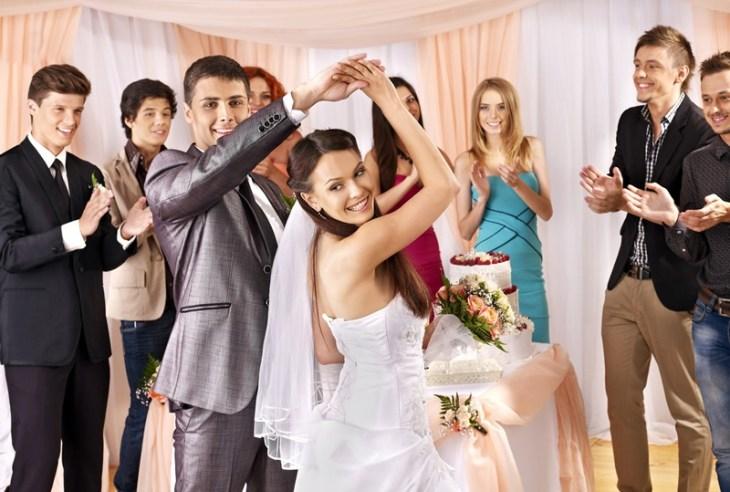 Yemyeşil kırlarda bir eğlence mi? Büyük bir otelin balo salonunda prenses olmak mı? Havuz başında sade bir kokteyl? Ya da çıplak ayakla kumsalda romantik bir düğün mü?