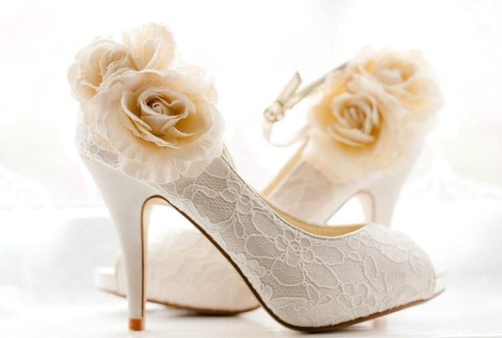 Ayakkabıları satın alırken, gelinliğinizin kumaşı, dantel ya da boncuklu olup olmadığı da göz önünde bulundurulmalıdır.