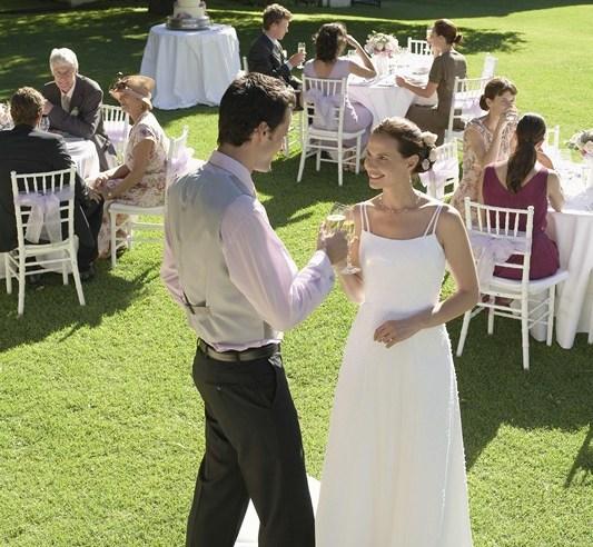 Düğünü yapmak istediğiniz yeri seçin, eğer mümkünse orayı gezin. Bir kır düğünü hazırlarken insanların en çok karşılaştıkları problem ise, bütçenin kısıtlı olması ve düğünün yapılacağı yere gidip kontroller yapmanın çok fazla zaman almasıdır.